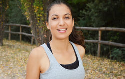 Piękny młody sprawności fizycznej kobiety bieg w parku Uśmiechnięta dziewczyna trenuje outdoors Obraz Stock