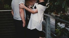 Piękny młody wieloetniczny mężczyzna i kobieta wydajemy zabawa czas wpólnie outside, wyrażający rozochoconą emocję i ono uśmiecha zdjęcie wideo