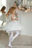 Piękny mała dziewczynka taniec, przędzalnictwo w jaskrawym Nowym Ye i, obraz royalty free