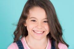 Piękny małej dziewczynki caucasian z długi ciemnego włosy szczęśliwy ono uśmiecha się Zdjęcia Stock