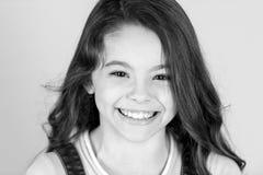 Piękny małej dziewczynki caucasian z długi ciemnego włosy szczęśliwy ono uśmiecha się Obraz Royalty Free