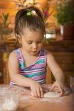 Piękny małej dziewczynki kucharstwo Zdjęcie Stock