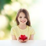 Piękny małej dziewczynki obsiadanie przy stołem Obrazy Stock