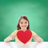 Piękny małej dziewczynki obsiadanie przy stołem Zdjęcia Royalty Free