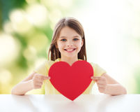 Piękny małej dziewczynki obsiadanie przy stołem Obrazy Royalty Free