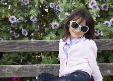 Piękny małej dziewczynki ono uśmiecha się fotografia royalty free