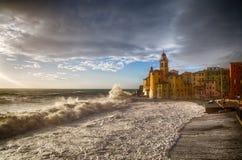 Piękny Mały Śródziemnomorski miasteczko z szorstkim morzem, Camogli, genua, Włochy obrazy stock
