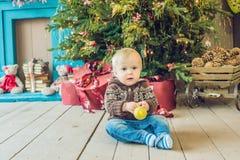 Piękny mały dziecko świętuje boże narodzenia Nowego Roku ` s wakacje obrazy royalty free