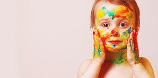 Piękny mały dziewczynki robić uzupełniał dziecka, farba, radość Obrazy Stock