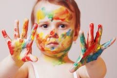 Piękny mały dziewczynki robić uzupełniał humorystycznego obrazek Obraz Stock