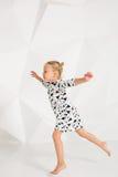 Piękny mały moda model na białym pracownianym tle Portret pozuje w studiu śliczna dziewczyna fotografia royalty free