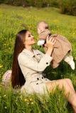 Piękny macierzysty mieć zabawę z jej małym ślicznym dzieckiem w lato ogródzie Obraz Stock