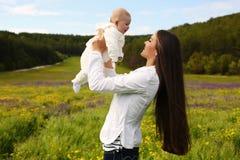Piękny macierzysty mieć zabawę z jej małym ślicznym dzieckiem w lato ogródzie Fotografia Royalty Free