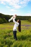 Piękny macierzysty mieć zabawę z jej małym ślicznym dzieckiem w lato ogródzie Zdjęcie Stock
