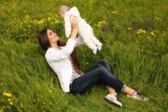 Piękny macierzysty mieć zabawę z jej małym ślicznym dzieckiem w lato ogródzie Obrazy Royalty Free