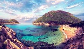 Pi?kny magiczny morze krajobraz z piratami Trzyma? na dystans na Porto Timoni na Ionian morzu w Corfu, blisko Afionas inGreece Za zdjęcia stock