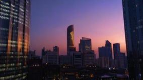 Piękny magiczny zmierzch z księżyc w Abu Dhabi mieście, Zjednoczone Emiraty Arabskie zbiory wideo