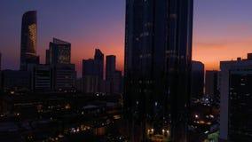 Piękny magiczny zmierzch z księżyc w Abu Dhabi mieście, Zjednoczone Emiraty Arabskie zbiory