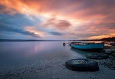 Piękny majestatyczny wschód słońca brzeg jeziora z łodziami rybackimi Obrazy Stock