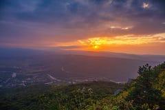 Piękny majestatyczny zmierzch w Kaukaz górach Wieczór półmrok i dramatyczne chmury z słońcem nad dolina, lato podróż obrazy royalty free
