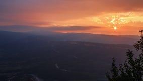 Piękny majestatyczny zmierzch w Kaukaz górach Wieczór półmrok i dramatyczne chmury z słońcem nad dolina, lato podróż fotografia royalty free