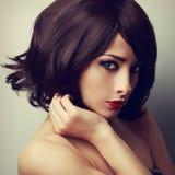 Piękny makeup model z krótkim czarnym ostrzyżenia i łaty spojrzeniem obrazy stock