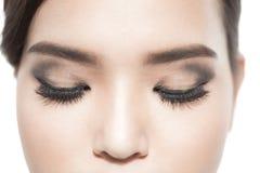 Piękny makro- strzał żeński oko z ekstremum długimi rzęsami i czarnym liniowa makeup Doskonalić kształtów baty i makijaż długo Co zdjęcie stock
