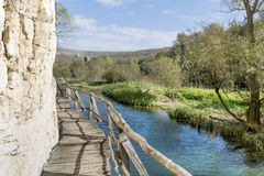 Piękny malowniczy krajobraz rzeka i most w skałach w górze obraz stock