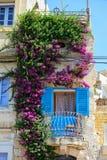 Piękny Maltański balkonowy opleciony z bougainvillea na Birgu Fotografia Royalty Free