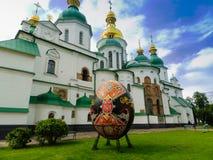Piękny malujący Wielkanocny jajko przed katedrą Zdjęcia Royalty Free