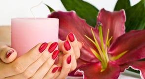 Piękny manicure leluja i świeczka, Obrazy Stock