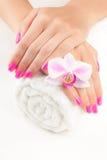 Piękny manicure z różową orchideą na bielu Zdjęcia Royalty Free