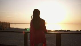 Piękny materiał filmowy ranku oceanu lub morza wschód słońca Atrakcyjna długa z włosami blondynki kobieta w czerwieni sukni trwan zdjęcie wideo