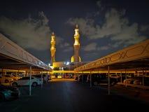 Piękny meczet przy nocą na chmurnym dnia, ulicy i samochodu parking, zdjęcia stock