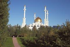 Piękny meczet w w połowie miasto kwadrat Obrazy Royalty Free
