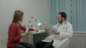 Piękny medyczny przedstawicielski przedstawia nowy produkt fabrykować Zdjęcia Stock