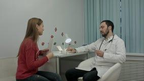 Piękny medyczny przedstawicielski przedstawia nowy produkt fabrykować Zdjęcia Royalty Free