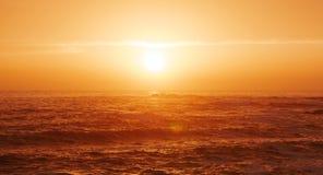 Piękny miękki złoty światło nad oceanem przy zmierzchem z słońcem nad horyzont zdjęcie stock