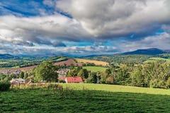 Piękny miasteczko Crieff Szkocja i zbocze zdjęcie royalty free