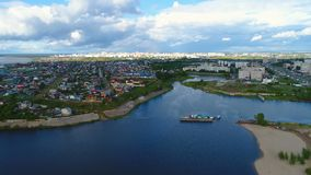 Piękny miasto na spokojnym jeziornym banku przeciw niebu zbiory wideo
