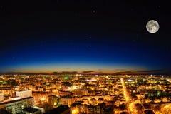 Piękny miasto przy nocą księżyc w pełni Zdjęcia Royalty Free