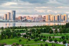 Piękny miastowy krajobraz z drogą, parkiem i jeziorem przy zmierzchem, Zdjęcia Royalty Free