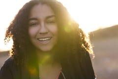 Piękny Mieszany Biegowy amerykanin afrykańskiego pochodzenia młodej kobiety nastolatek obraz stock