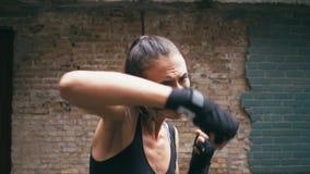 Piękny Mieszany Biegowy Kickboxing kobiety szkolenie pod deszczem outdoors Srogie siła napadu ciała kickboxer serie zdjęcie wideo