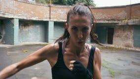 Piękny Mieszany Biegowy Kickboxing kobiety szkolenie pod deszczem outdoors Srogie siła napadu ciała kickboxer serie zbiory