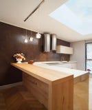 Piękny mieszkanie meblujący, kuchnia Zdjęcie Royalty Free