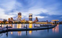 Piękny Milwaukee przy nocą z odbiciem w wodzie, wisconsi zdjęcia stock