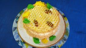 Piękny miodowy tort dekorował z pszczołami śmietanka Piękny miodowy tort Zdjęcie Stock