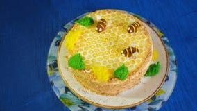 Piękny miodowy tort dekorował z pszczołami śmietanka Piękny miodowy tort Obraz Royalty Free
