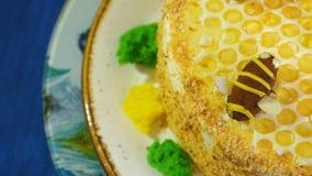 Piękny miodowy tort dekorował z pszczołami śmietanka Piękny miodowy tort Obrazy Royalty Free